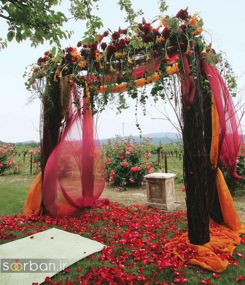تزیین ژورنالی ورودی باغ تالار عروسی با گل های رز پرپر