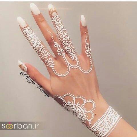 طراحی شیک با حنا سفید روی پوست به شکل دستبند