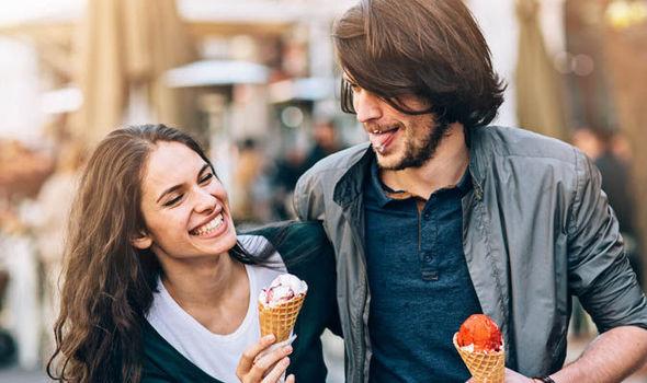 Couple-laughing-together-eating-ice-creams-582708-webtretho