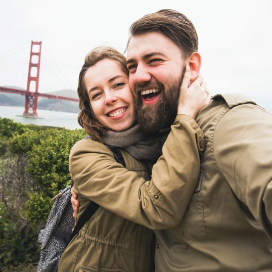 couple-selfie-san-francisco-golden-gate-bridge-550x550