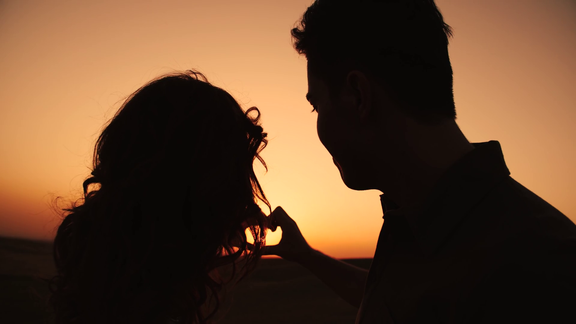 sun-in-hands-happy-couple-making-shape-of-heart-beautiful-sunset-on-horizon-love-nature-vacation-hope-freedom-hippie-generation b7gf5ppa thumbnail-full01