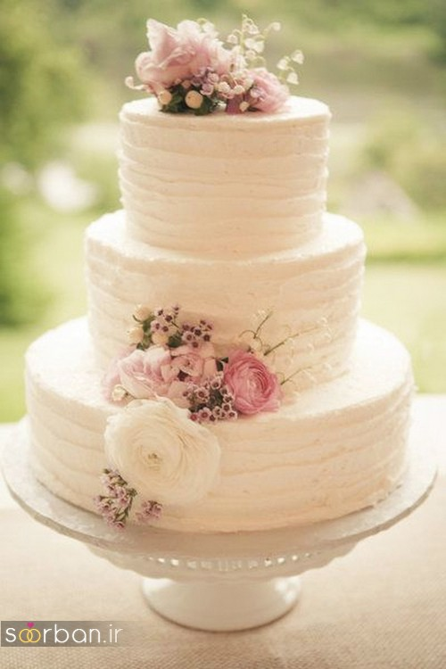 کیک عروسی با روکش خامه ساده و شیک و گل طبیعی 2017