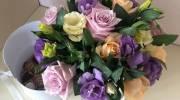 تزیین جعبه های هدیه با گل و شکلات