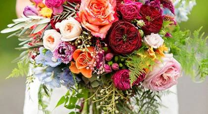 دسته گل عروس بهاری با گل های زیبا و رنگارنگ