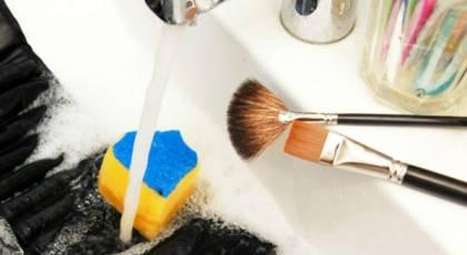 ترفندهای ساده و سریع تمیز کردن لوازم آرایش